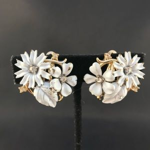 Vintage Trifari white and gold flower clip earring